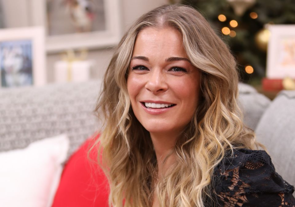 LeAnn Rimes opens up about her psoriasis journey.